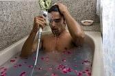 bien-être homme qui prend un bain