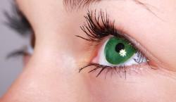 oeil d'une femme avec une lentille de couleur verte